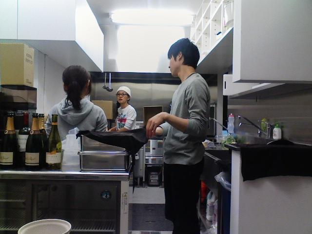 キッチンスタッフの○ちゃんと○ちゃん(真ん中はかおるさん)。