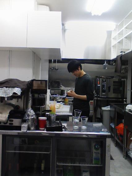 桂剥きをする寺田くん。今日は何時間厨房に立ってるのか…。