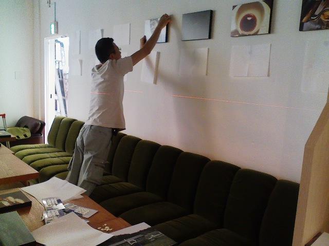 calm+さんが依頼した職人の方が丁寧に展示作業を。