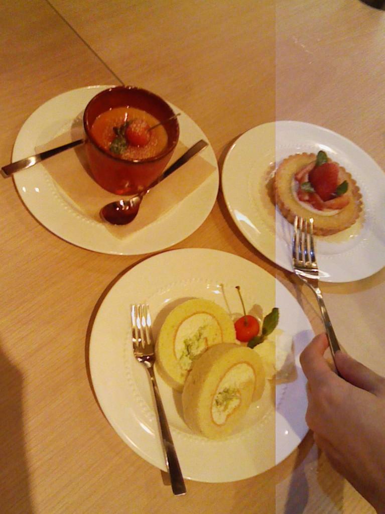 左上:大人気わんぱくたまごプリン、右:いちごのタルト、下:アルケッチァーノロールケーキ