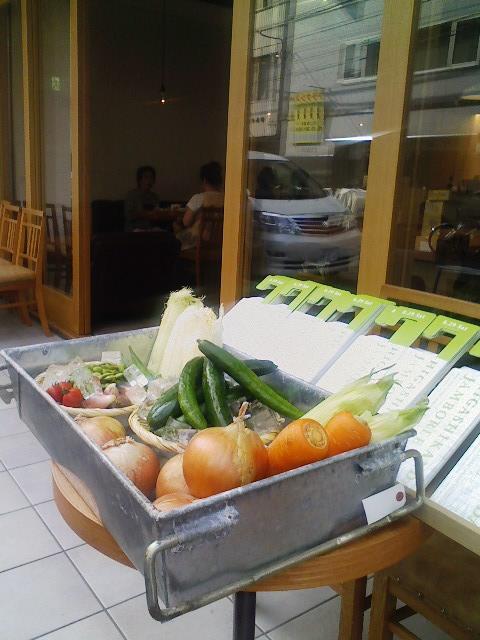 こちらは本日のフクモリの店頭。お野菜とフライヤーでお出迎え。
