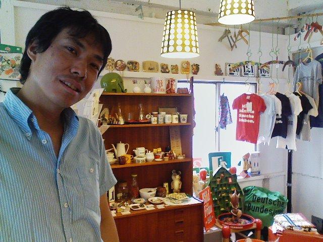 塚本さんと店内の図。