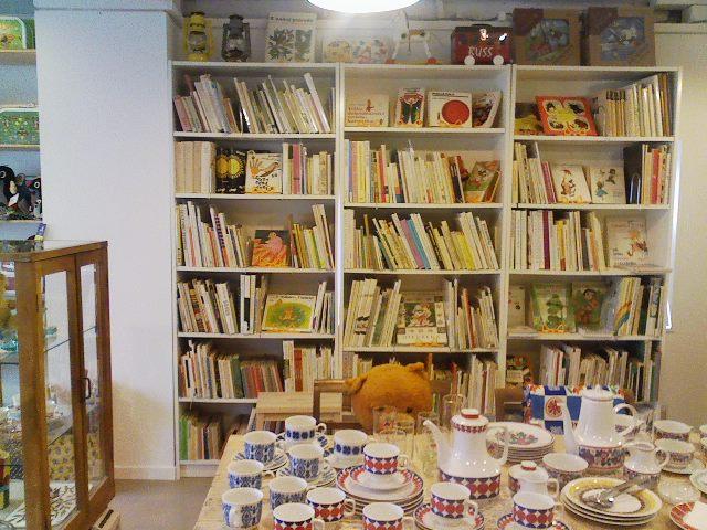店内には大きな絵本棚が。