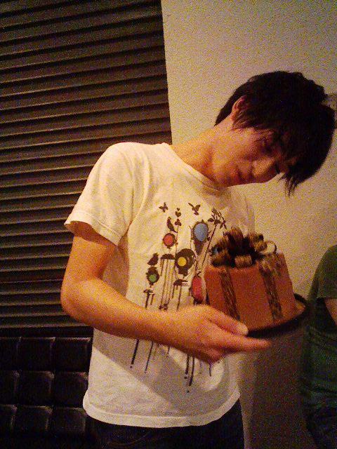 こんな形のショコラケーキをもらうユウスケ。