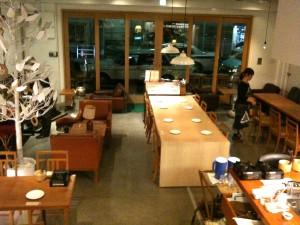 ディナー前。椅子、テーブル、お皿、お箸、ひとつひとつを丁寧にチェックしてまわるホールのゆうこりん。この店を仕切ってる